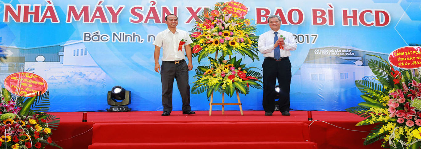 Chairman of Bac Ninh Province Give flowers to congratulate
